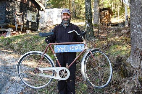 NYMALT SKILT: Ser du dette skiltet i Sørumåsveien i Kråkstad, vet du at du er kommet til Sverre Thorstensens nye sykkelverksted. Malingen var knapt tørket da ØB stakk innom.