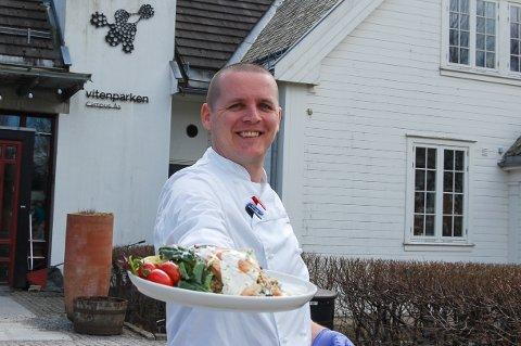 DET ER SERVERT: Til ære for fotografen har Hafsteinn Snæland laget maten helt ferdig. Kundene får maten 90 prosent ferdig, det mangler bare å steke kjøtt og varme opp grønnsaker.