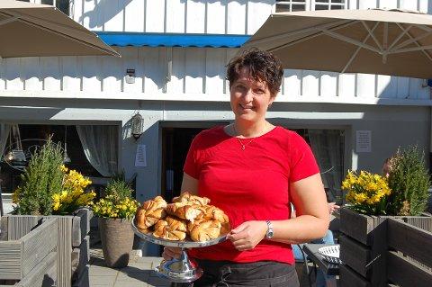 SNURREPIPERIER: Ingunn Ellingsrud med kanel- og vaniljesnurrene som Cafe Sjarm er kjent for.