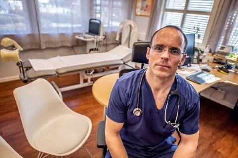NEDGANG: Fastlege Troels Weis-Fogh ved Christianslund legekontor forteller om den store nedgangen de opplever i antall pasienter og inntekt for tiden.