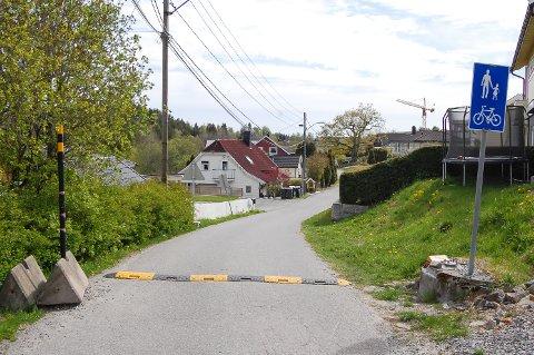 ERSTATTET: Bommen i Fossveien er fjernet. Nå har Nordre Follo kommune plassert ut midlertidige fartsdempere for  å bedre trafikksikkerheten for barn og andre som ferdes her.