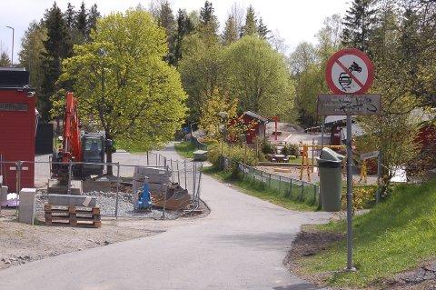PLASSERER UT FARTSDEMPERE: Bommen på gangveien ned til Vevelstadåsen skole og barnehage er tatt bort på grunn av byggearbeid. Den vil bli erstattet med fartsdempere.