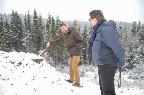 URENE MASSER?: Varaordfører Hans Martin Enger (MDG) og ordfører Hanne Opdan (Ap) stusset over det de fant i massene som er kjørt inn ved Mjøvik gård. Ifølge tillatelsen skal massene være rene.