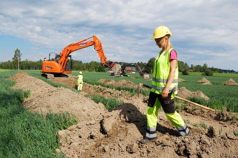 LETER ETTER FORNMINNER: Arkeolog Anne Herstad og hennes kolleger fra Viken fylkeskommune jobber sammen med to gravemaskinførere fra Akershus sprenge- og graveservice fra Ås for å avdekke fornminner i planområdet til Bane Nor.