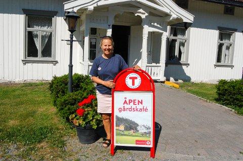 VELKOMMEN HVER DAG: Bestyrer Marit Skjerven  ønsker besøkende velkommen til Breivoll gård hver dag i sommer, enten det er iskiosken eller gårdskafeen som holder åpent.