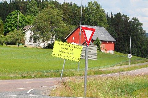 STENGT: Siggerudveien stenges ved Midsjøvann mellom klokken 09 og 22 tirsdag og onsdag.