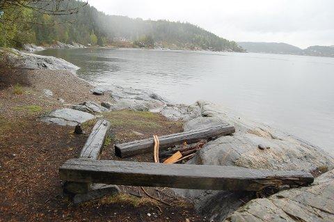 GRÅSTEN: Grunneierne på Sjødalstrand forteller turgåerne at strendene deres er private. Nord for Sjødalstrand ligger Gråsten, en offengelig strand med toalett somm er tilgjengelig for alle. Bildet er tatt i vår.