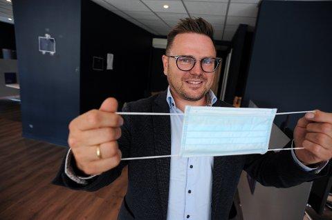 SIKRER SEG: Eiendomsmegler Brynjar Netskar hos Eie eiendomsmegler, har kjøpt inn inn flere hundre munnbind.