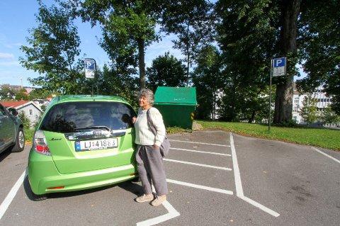 – IKKE TIL SJENANSE: Turid Seljestad er klar over at hun sto utenfor oppmerket linje, men mener hun ikke var til sjenanse for andre parkerende. Ikke hadde lastebilen fått hentet ut containeren heller, når begge parkeringsplassene er i bruk.