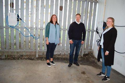 OFRER EN PARKERINGSPLASS: Liv Vedsegård (til venstre) og Espen Andresen i Vevelstadåsen grendelag vi gjerne knytte seg til elbysykkeordningen i Nordre Follo. Nina Larsen Tveten, avdelingsavdelingsleder ved plan- og prosjektavdelingen i Vei og park, kan dessverre ikke love noe nå.