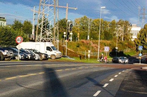 IKKE KLAR BANE: Bilene som parkerer langs Kjeppestadveien, gjør det vanskelig for bilister å se fotgjengere og syklister når de nærmer seg fotgjengerovergangen.