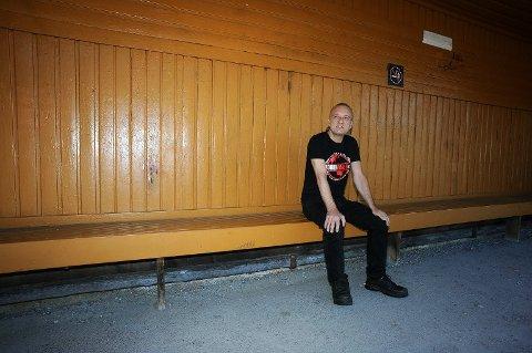 PÅ HISTORISK GRUNN: Her ser du JØrn Stubberud i Mayhem, fotografert i det berømte leskuret på Langhus. Nå kan innlemmelse i Rockheim Hall Of Fame stå for tur for Mayhem.