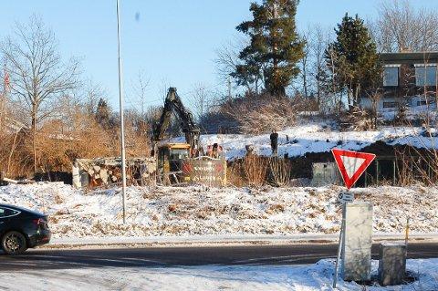 SNART BORTE: Bare grunnmuren av brannruinene i Kråkstadveien står igjen.