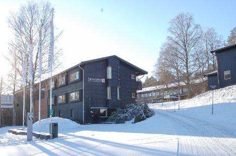 VINTERSTILLE: Det er noen spor i snøen foran Sørmarka konferansehotell, men hotellet er stengt inntil videre.