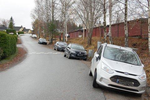 NY SKILTPLAN: Etter klager fra beboere jobber Nordre Follo kommune med en ny skiltplan for Stenfeltbakken på Langhus der det blir forbudt å parkere langs veien. Nå ber andre beboere om at gateparkeringen beholdes på visse deler av veien.
