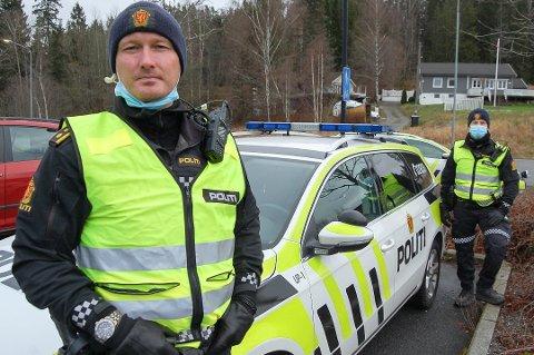 DYRERE: UP-sjefen i Follo, Rune Dahl, ser ikke bort fra at folk har andre ting å bruke penger på i disse dager enn trafikkbøter – som nå er blitt enda dyrere. Her sammen med makker Jonas under en kontroll på Langhus i november.