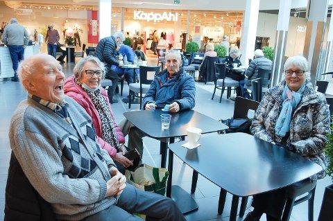 ENDELIG SAMMEN IGJEN: Arvid Hansen (89) fra Nordby, Laila Askersrud (79) fra Ski, Egil Ekberg (85) fra Nordby og Synnøve Rønning (78) fra Vestby kan nå ta en kaffe sammen på Kafe Bella Royal på Vinterbro senter.