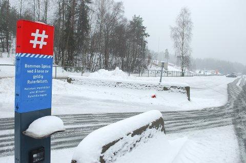 BOM SOM SVIKTER: Statens vegvesen gir opp å reparere bommen som stadig svikter. Fra 1. mars må de reisende kjøre inn via gjesteparkeringen til Tusenfryd og betale for parkering.