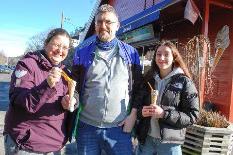 ÅRETS FØRSTE: Etter en tur på kyststien på Breivoll koste Frøydis Haug, Ronald Al og datteren Ylva Seline Al-Haug seg med årets første softis på Nesset.