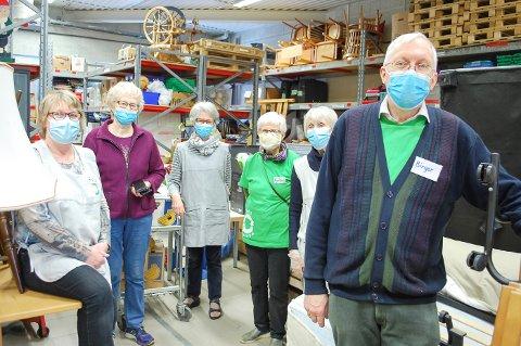 BLI MED PÅ LAGET: Butikkleder Arnhild Haddal Fossum ( i burgunder jakke) og de andre frivillige på NMS Gjenbruk i Ski vil gjerne ha med seg flere på laget.