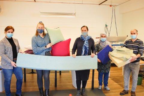 MOVING MAMAS KLAR FOR MYE OPPDRAG: Sepideh Kamali (fra venstre), Fozia Myr, Maria Eugenie Martinsen, Murad og Habeeba  jobber for Moving Mamas i Ski.