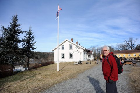 GLAD I TUR: Turfantasten Birger Løvland har sett seg lei på den altfor korte flaggstangen på DNT-hytta på Breivoll. Nå har han åpnet en Spleis-konto.