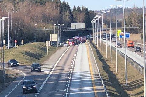 Bilene blir sluset via trafikkstasjonen på Støkkensletta.