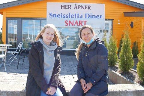SKAPER SIN EGEN ARBEIDSPLASS: Emilie Hellebust (21) fra Langhus og Gabriela Paraschiv (40) fra Ski åpner snart Sneissletta Diner der det en gang sto et gatekjøkken ved E18.