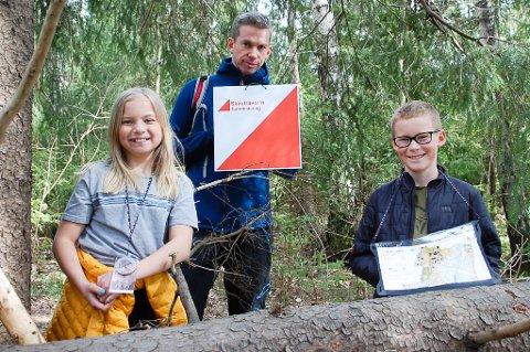 GÅR FOR GULL: Frida og Albert Bjørntvedt Wibe og pappa Magnus Wibe har allerede vært på postjakt i årets Skautraver`n.  Det beste med turene er den gode samtalen.