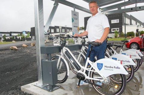 UTVIDET: I fjor sommer kunne avdelingsleder Lars Erik Andersen fortelle at det nå er satt ut til sammen 25 elbysykler fordelt på fem ladestasjoner, som her på ladestasjonen på Villenga. Foto: Mette Kvitle