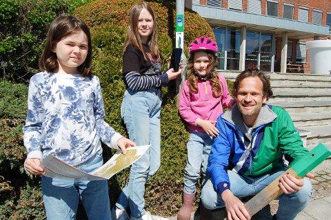 FRIVILLIGE: Lars Leiren og døtrene Alva (9), Lea (12) og Laura (6) har gjort jobben med å sette ut de 30 stolpene i Ski sentrum.