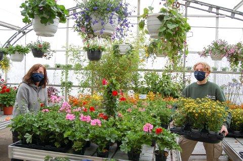 FARGERIKT: I blomsterhavet på Melby gartneri er det noe for de fleste hageglade. Siv Sæther (til venstre) og Anne Trættebergstuen Reitan venster storinnrykk i pinsehelgen.