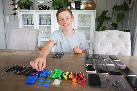 MOBILFIKSRN: Markus Gulbrandsen Rolfsen (15) fra Siggerud er klar for flere oppdrag med å reparere mobiltelefoner.