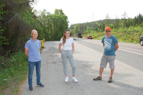 REAGERER: Knut Semb (fra venstre), Kristine Rolfsen og Øyvind Halseth vil ha slutt på at trailersjåfører gjør fra seg i skogen og på gangstien, og tømmer doene sine i Bindingsvannet.