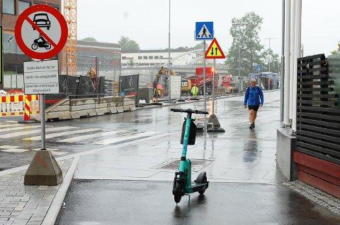 IKKE SLIK: Nordre Follo kommune og ruter har tegnet opp 40 parkeringssoner for elsparkesykler i Ski. Dette er ikke en av dem.