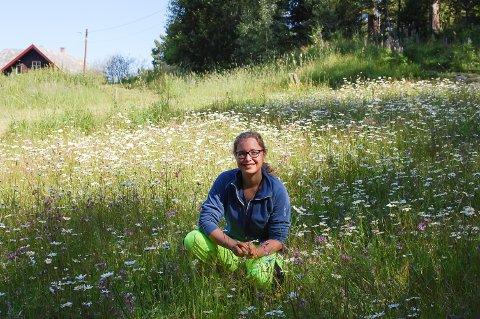 I BLOMSTERENGA: Høsten 2019 sådde miljørådgiver Maja Dinéh Sørheim ett mål med blomstereng på Møllererenga. Nå blomstrer og gror det, og hunler og bier har lagt sin elsk på enga.