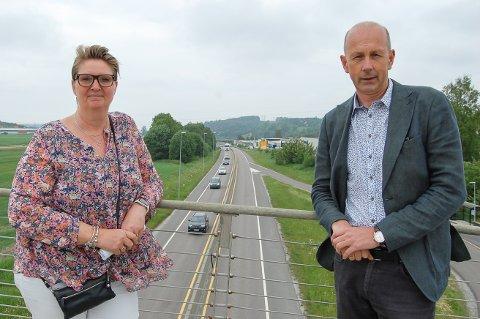 HOLD TRAFIKKEN PÅ E18: Nye trafikkberegninger viser at bompenger på E18 vil få mange til å velge lokale veier for å slippe å betale. Bomsatsene må være så lave at trafikken blir på den nye motorveien, krever ordfører Hanne Opdan i Nordre Follo og ordfører Ola Nordal i Ås.