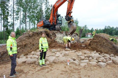 POTETKJELLER: Arkeologene Lars Erik Gjerpe og Grethe Bukkemoen leder utgravingen i planområdet til nye E18.  Potetkjelleren på Bernhus er en gravhaug fra eldre jernalder som viser seg å være bedre bevart enn antatt.