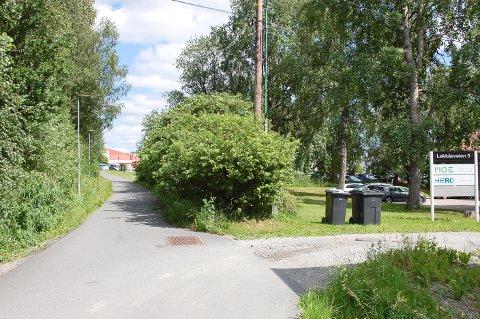 MANGLER SKILT: Etter innkjøringen til eiendommen i Løkkåsveien 5 i Ski skal det være forbudt for motorisert ferdsel. Uten skilt er det noen som emner det er fritt fram og bruker gangveien som snarvei opp til parkeringsplassen ved Ski ishall.