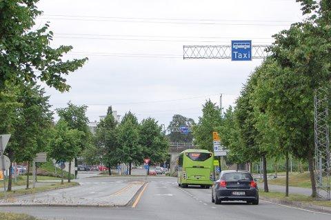 OGSÅ TILLATT FOR ELBIL: Bildet er tatt før asfaltmerkingen var på plass, så bilen bak bussen hadde lov til å kjøre her.