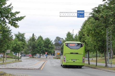 KOLLEKTIVFELT: Bildet er tatt en stille søndag morgen. Viken mener at et kollektivfelt for buss og taxi ikke vil skape mer kø ved innkjøringen til Ski storsenter.