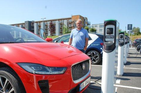 JAGUAR SOM DELEBIL: Morten Torp i Move About med Jaguar-I-Pacen som er en av seks el-delebiler som står på Ski stasjon.