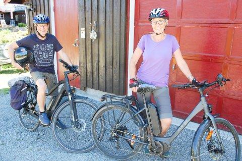 FRA MOTORSYKKEL TIL SYKKEL MED MOTOR: Hjelmen og skinndressen er det Knut har igjen fra sitt liv på motorsykkel. Nå har han og kona Gerd Pettersen skaffet seg elsykler til erstatning for Harley-en de har hatt i over 20 år.