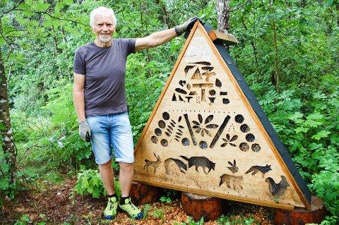 TIL GLEDE FOR STORE OG SMÅ: Bitehotellet som Arne Johan Svendby har laget, er til glede for både bier og turfolket som går forbi.