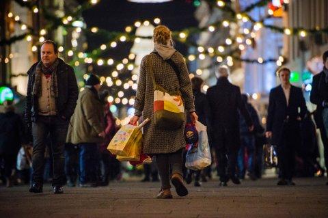 Det går mye penger til julegavehandel, men blant 21 land i Europa som har vært med på en spørreundersøkelse om julegavehandel så er er Norge nest nederst når man ser på hvor stor del av månedsinntekten man bruker på julegaver. (Arkivfoto)