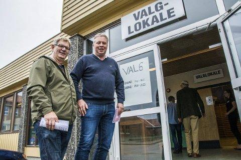 Tidlig ute: Øivind Fjeldstad (t.v.) og Ingar Sporsheim sto først i køen da dørene til valglokalet på Nanset skole ble åpnet i går ettermiddag.Foto: Lasse Nordheim