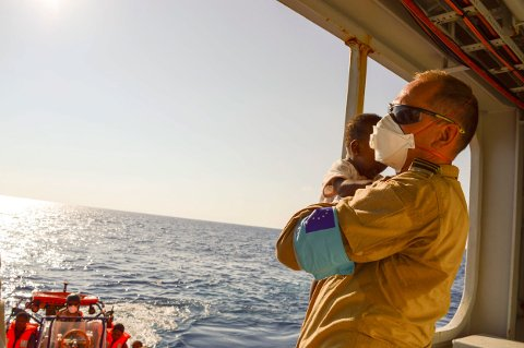 Her har Tomas Ruus-Halvorsen akkurat reddet ei lita jente som kom i en gummibåt fra Libya-kysten sammen med sin famile.
