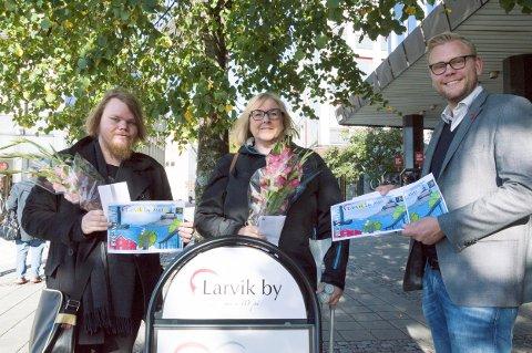 Nytt bygavekort: Fra venstre: Jonas A. Larsen, som tegnet vinnerforslaget, Anne M. Hole, som ble trukket ut som vinner av et gavekort blant de som var med og stemte, og Ole Martin Holthe fra Larvik By.