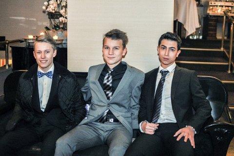 Spente: Isak Rakke (f.v.) Anton Stensby og Shad El-Brouch i foajeen på Grand Hotell før ballet startet.