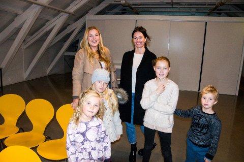 Guro Ringheim Bakke (t.v.) og Kamilla Krane Martens hadde med seg henholdsvis barna Maud (5) og Kora (8), og Kornelius (6) og Klara Olivia (10).